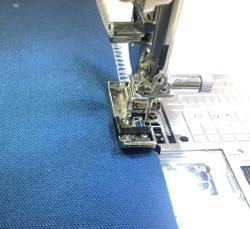 ガイドに布端を合わせて縫います