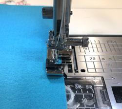 伸縮性のある布(ニット地など)のかがり縫いに使います。